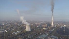 Camini di fumo della fabbrica Problema ambientale di inquinamento dell'ambiente e dell'aria a grandi città Vista di grande pianta archivi video