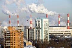 Camini di fumo della pianta 20 della cogenerazione Mosca, Russia Immagine Stock