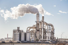 Camini e silos di una fabbrica Fotografia Stock Libera da Diritti