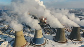 Camini industriali che gettano fumo nel cielo Concetto di inquinamento atmosferico stock footage