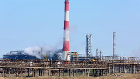 Camini industriali di fumo all'alba Concetto per protezione dell'ambiente Tubi industriali di fumo Fumo bianco sopra l'alto chim  stock footage
