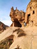 Camini leggiadramente in valle di Zelve a Cappadocia, Turchia Immagini Stock Libere da Diritti