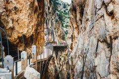 Caminito Del Rey, Hiszpania, Kwiecień 04, 2018: Goście chodzi wzdłuż World&-x27; s Najwięcej Niebezpiecznego Footpath ponownie ot zdjęcie royalty free