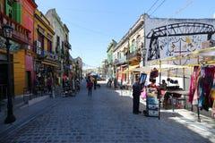 Caminito-Straßen mit Touristen in Argentinien stockfotos