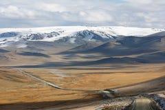 Camino abandonado de la grava a través de la estepa de Mongolia hacia Gobi imagen de archivo libre de regalías