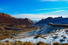Camino abstracto de enrrollamiento del desierto del invierno Imagenes de archivo