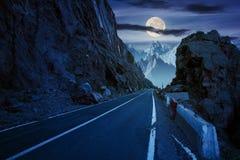 Camino adentro a las altas montañas en la noche imagen de archivo libre de regalías