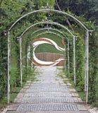 Camino adornado por los archs en el parque de Estambul Fotos de archivo libres de regalías