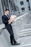 Camino al éxito Hombre joven y hermoso que lee un periódico megabus fotografía de archivo libre de regalías