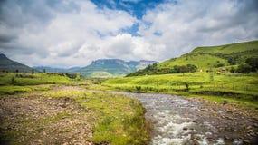 Camino al inKwazulu de Drakensberg natal imagen de archivo