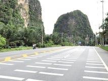 Camino al lado de la montaña Foto de archivo