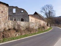 Camino al lado de una pared medieval y de un edificio ruinoso, Siedlecin, Polonia Imagenes de archivo