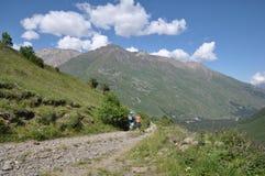 Camino al pueblo de montaña imágenes de archivo libres de regalías