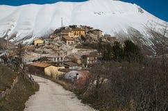 Camino al pueblo viejo de Castelluccio di Norcia destruido por terremoto fuerte de Italia central, Umbría Fotos de archivo libres de regalías