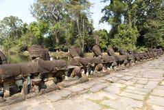 Camino al templo, a la madera y al río, ruinas de las estatuas, siglo XII, Camboya fotos de archivo libres de regalías