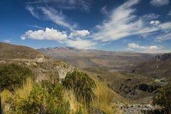 Camino al valle de Colca, Arequipa, Perú fotos de archivo
