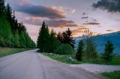 Camino alpino en la puesta del sol foto de archivo