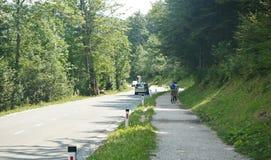 Camino alrededor del lago Bohinj cerca de los mounntains de Julian Alps, día soleado, Eslovenia foto de archivo libre de regalías