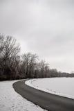 Camino alrededor del lago congelado Imagen de archivo libre de regalías
