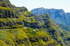 Camino alto en las montañas de Madeira - Portugal Imágenes de archivo libres de regalías
