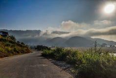 Camino antes del destino en Pokhara, Nepal imagenes de archivo