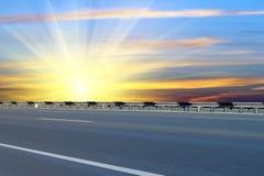 Camino; asfaltado; salida del sol Imágenes de archivo libres de regalías