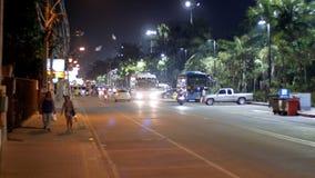 Camino asiático con tráfico de vehículos en el terraplén en la noche de Jomtien, Pattaya, Tailandia almacen de metraje de vídeo