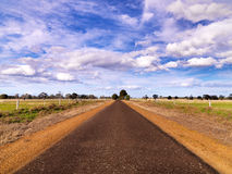 Camino bajo el cielo dramático fotografía de archivo libre de regalías