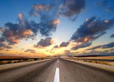 Camino bajo el cielo nublado Imagen de archivo libre de regalías