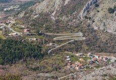 Camino bajo la forma de letra M montenegro Foto de archivo