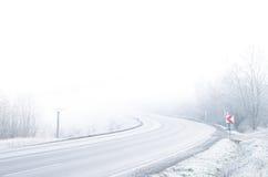 Camino blanco del invierno con nieve e hielo Foto de archivo libre de regalías