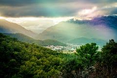 Camino brillante del mar verde de la belleza de la sol de la noche de la 'promenade' del rayo del paisaje urbano de la puesta del Imagen de archivo