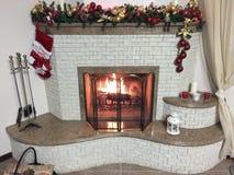 Camino bruciante del fuoco caldo, luminoso, accogliente nella casa fotografie stock