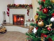 Camino bruciante del fuoco caldo, luminoso, accogliente nella casa fotografia stock