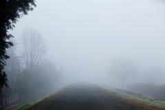 Camino brumoso Fotos de archivo
