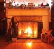 Camino burning di legno in un salone Fotografia Stock