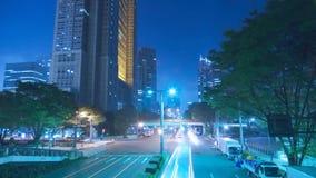 Camino céntrico moderno de la carretera de la arquitectura de tiempo del lapso de la noche de la luz del tráfico ocupado azul de  metrajes
