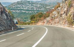 Camino, carretera en las montañas balcánicas, Montenegro La inscripción en el ` de Podgorica del ` de la señal de tráfico es la c Foto de archivo libre de regalías