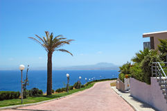 Camino cerca de los chalets de lujo y de la opinión de Mar Egeo Fotografía de archivo libre de regalías