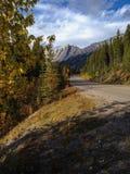 Camino cerca del lago medicine Foto de archivo
