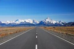 Camino a Cerro Torre y a Fitz Roy en Patagonia Fotos de archivo