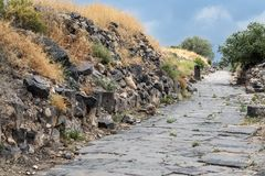 Camino Cobbled a las ruinas del Griego - ciudad romana del siglo III A.C. - el ANUNCIO del siglo VIII Hippus - Susita en Golan He fotos de archivo libres de regalías