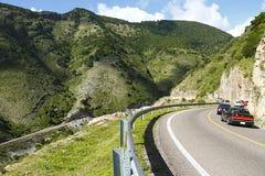 Camino, coches y montañas fotografía de archivo libre de regalías