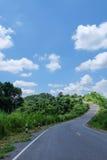 Camino, colina y cielo azul Fotografía de archivo libre de regalías