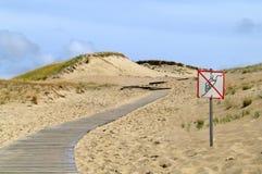 Camino con área prohibida en dunas Fotos de archivo libres de regalías