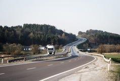 Camino con el camión y los solos coches Imagen de archivo libre de regalías
