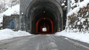 Camino con el túnel de piedra antiguo en el invierno escénico