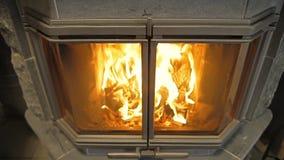 Camino con fuoco bruciante archivi video