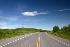 Camino con la línea amarilla doble pintada Fotografía de archivo libre de regalías