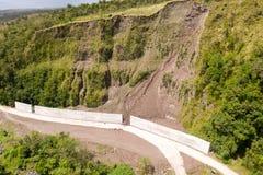 Camino con las cercas concretas en la isla de Camiguin, Filipinas Protecci?n del camino contra rockfalls y derrumbamientos foto de archivo libre de regalías